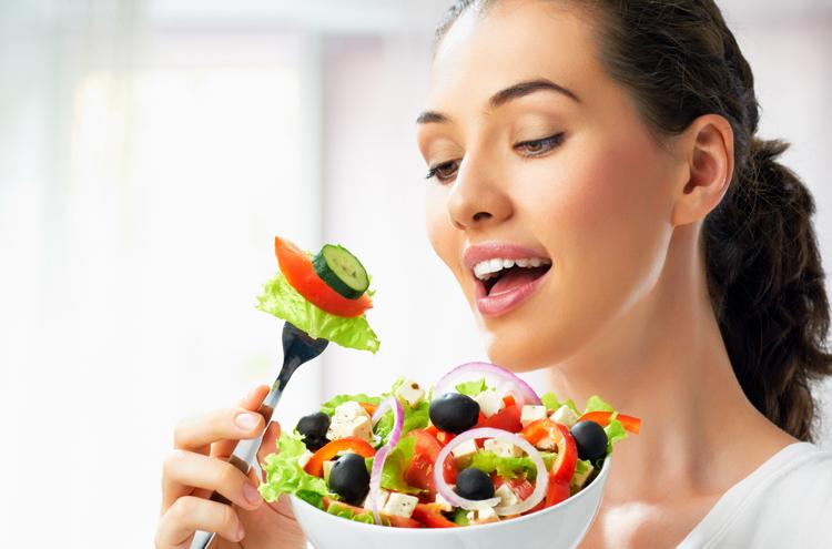 Женщина кушает при геморрое