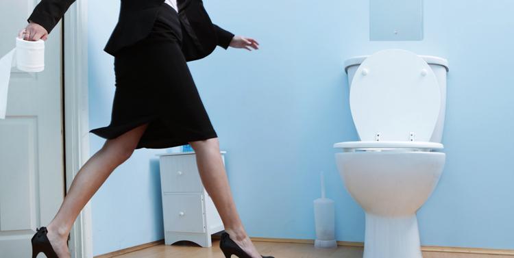 Женщина идет в туалет